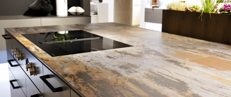 Küchenarbeitsplatte mit flächenbündigem Kochfeld - Dekton Trilium - Verarbeitung nach Maserungsverlauf
