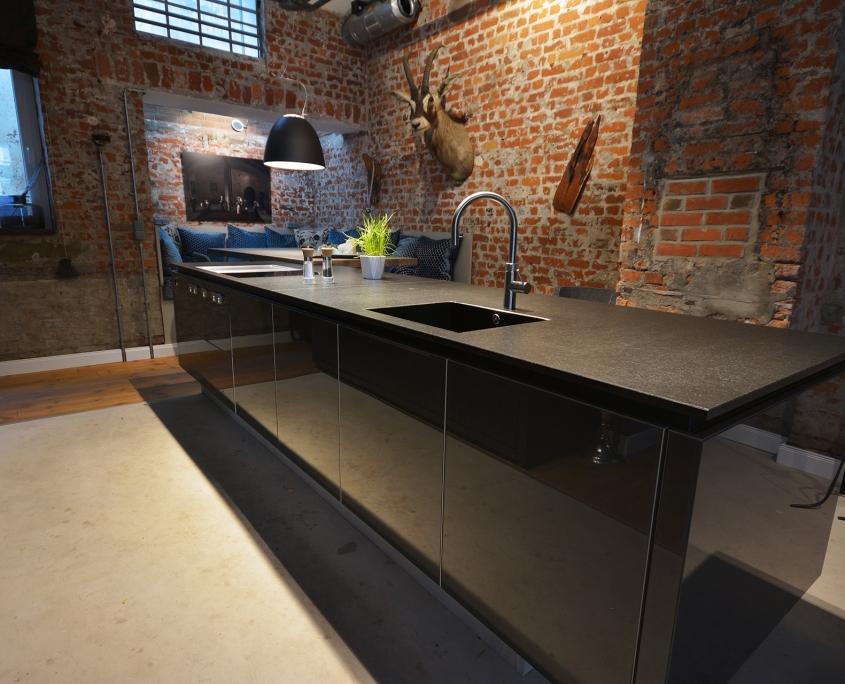 Küchenarbeitsplatte mit materialgleicher Gehrungsspüle und flächenbündigem Kochfeld - Nero Assoluto Z - Oberfläche antik